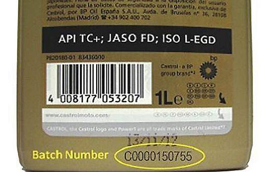 Welche Ölkanister von dem Castrol-Rückruf betroffen sind, ist an der Batch-Nummer unter dem Barcode zu erkennen. (Foto: Castrol)