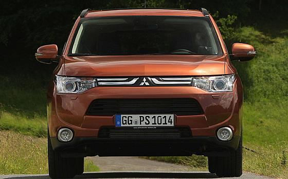 Mitsubishi-Rückruf: Wegen Problemen mit dem Fahrerassistenzsystem und der Servolenkung müssen europaweit fast 10.000 Outlander in die Vertragswerkstätten.