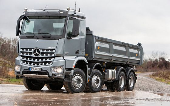 Seit Juni ruft Daimler wegen Elektrik-Problemen Mercedes-Benz Lkw zurück, u.a. den Arocs. (Foto: Daimler)