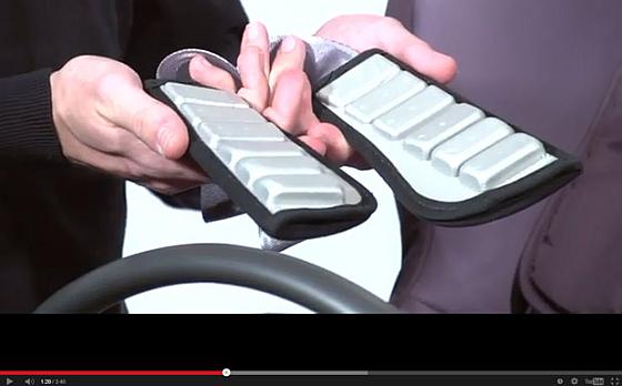 Britax Römer erklärt den Austausch der Schulterpolster beim Kindersitz Max-Fix auch anhand eines Videos auf Youtube.