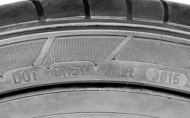 Goodyear Dunlop ruft einen Sommerreifen zurück, der bei Nässe ein erhebliches Sicherheitsrisiko darstellt. Die vierstellige DOT-Nummer findet man auf der Seitenwand, sie zeigt die Produktionswoche und das Produktionsjahr und klärt so darüber auf, ob der Sportmax GT vom Rückruf betroffen ist. (Foto: Goodyear Dunlop)