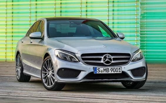 Bei der C-Klasse und anderen Mercedes-Modellen kann Kraftstoff austreten und ggf. das SRS-Steuergerät ausfallen. (Foto: Mercedes Benz)