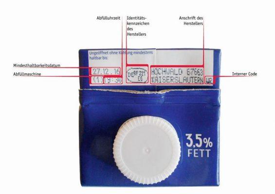 Auf dem Tetrapak oben sind die Informationen aufgedruckt, die man braucht, um sehen zu können, ob die Milch im Haushalt vom aktuellen Rückruf betroffen ist. (Foto: Hochwald)