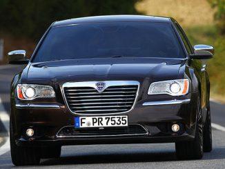 Beim Lancia Thema besteht Verletzungsgefahr durch umherfliegende Metallteile aus dem Gasgenerator des Beifahrer-Airbags. (Foto: FCA Germany)